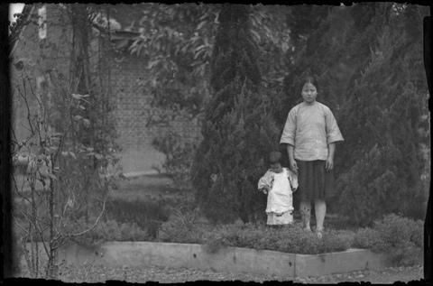 典藏圖片 - 鄧南光大嫂與大嫂的女兒
